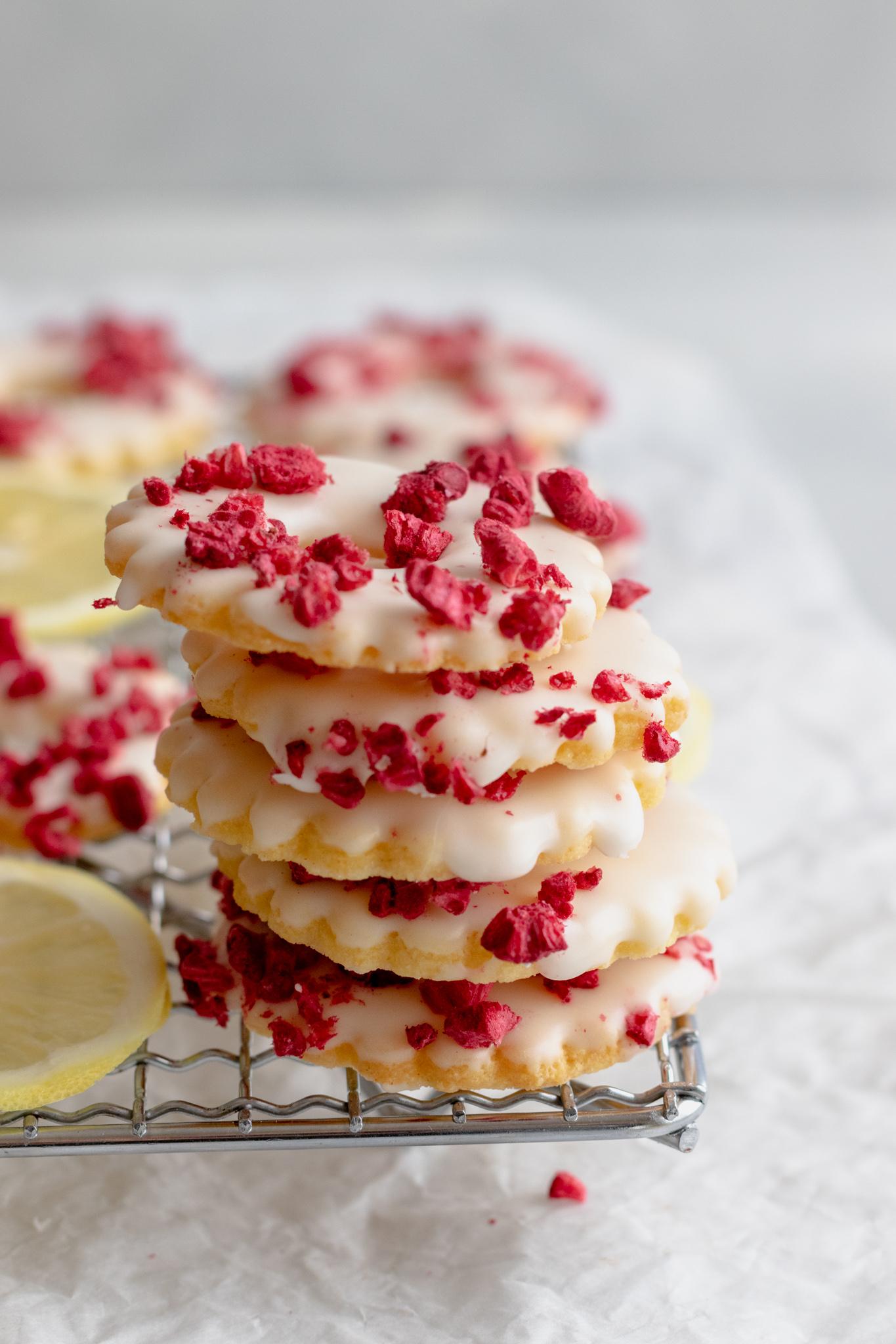 Image of Raspberry Zitronen Ringe Cookies stacked